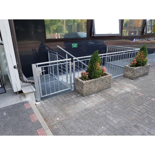 """Referenz """"Umbau einer Hotellobby"""" der Firma E. Miller in Krailling, Würmtal aus dem Jahr 2018 in Haar – Außentreppe mit Geländer und Zugang"""