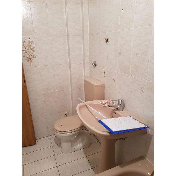 Referenz der Firma E. Miller in Krailling, Würmtal aus dem Jahr 2019 – Wohnungssanierungen in Gräfelfing – WC und Waschbecken vorher
